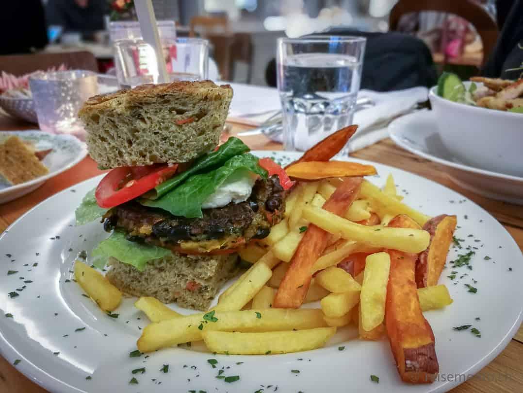 Vegi Burger mit Focacciabrot, gebratenem Gemüse und Pommes im Kaffeeklatsch Rapperswil