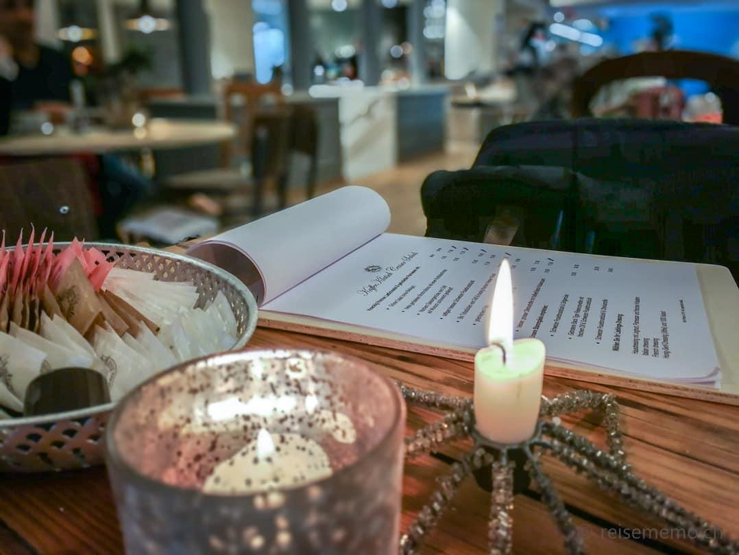 Speisekarte und Weihnachtskerzen im Kaffeeklatsch Rapperswil