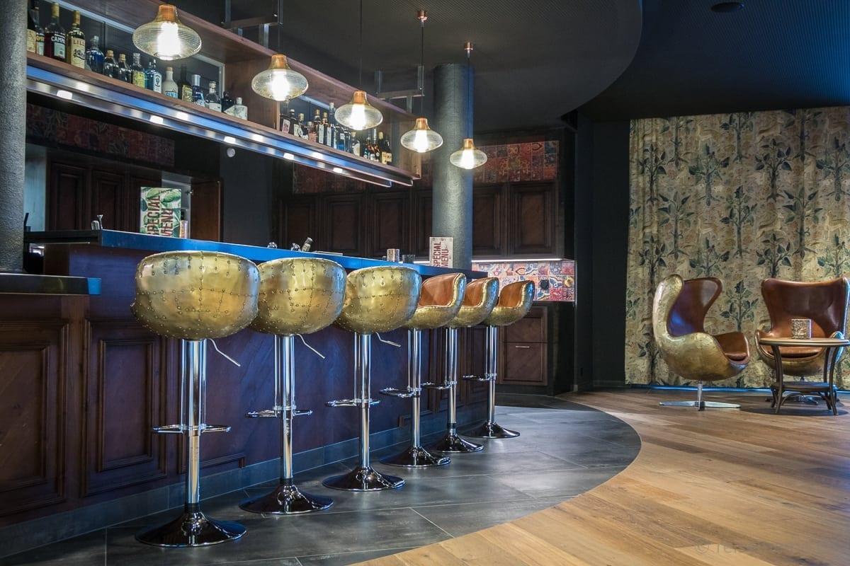 Bar im Restaurant Twist mit ikonischen Barhockern
