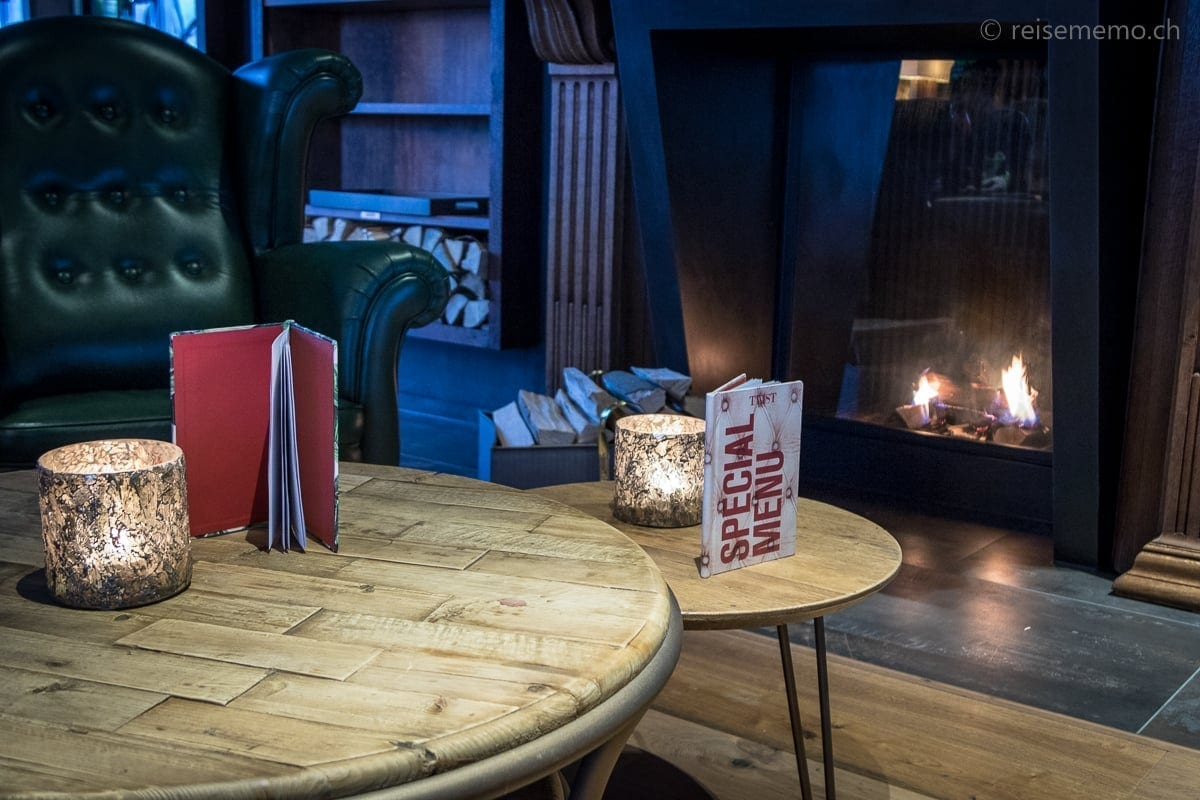 Lounge mit Cheminée im Valsana Arosa