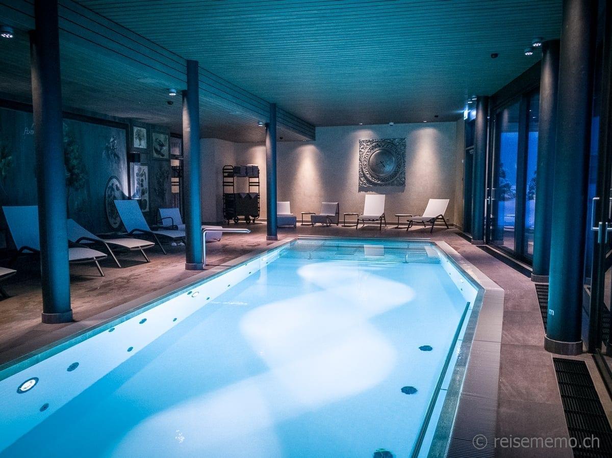 Ruhepool im Valsana Hotel Arosa mit Wanduhr