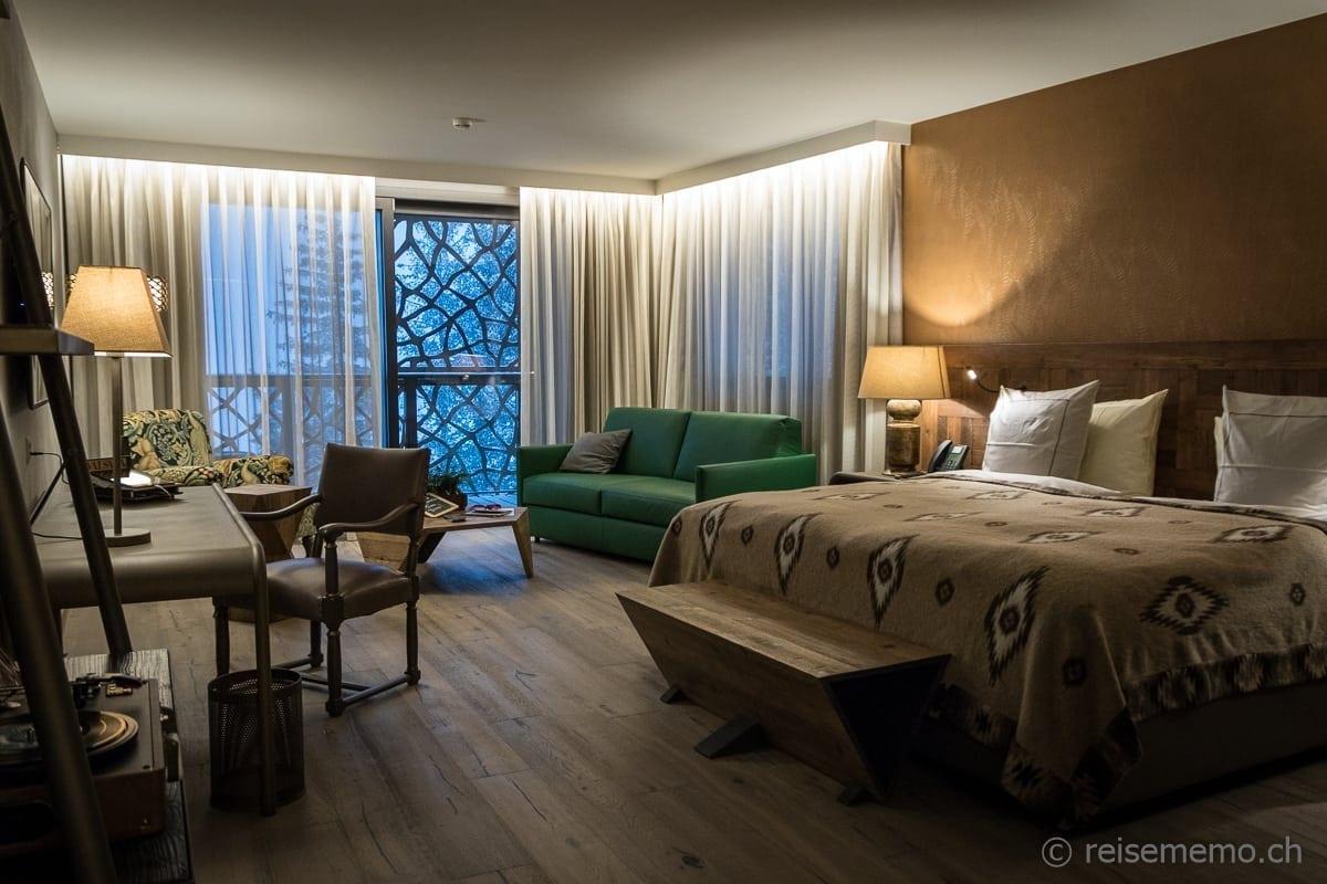 Stilvolle Einrichtung im Zimmer Hotel Valsana