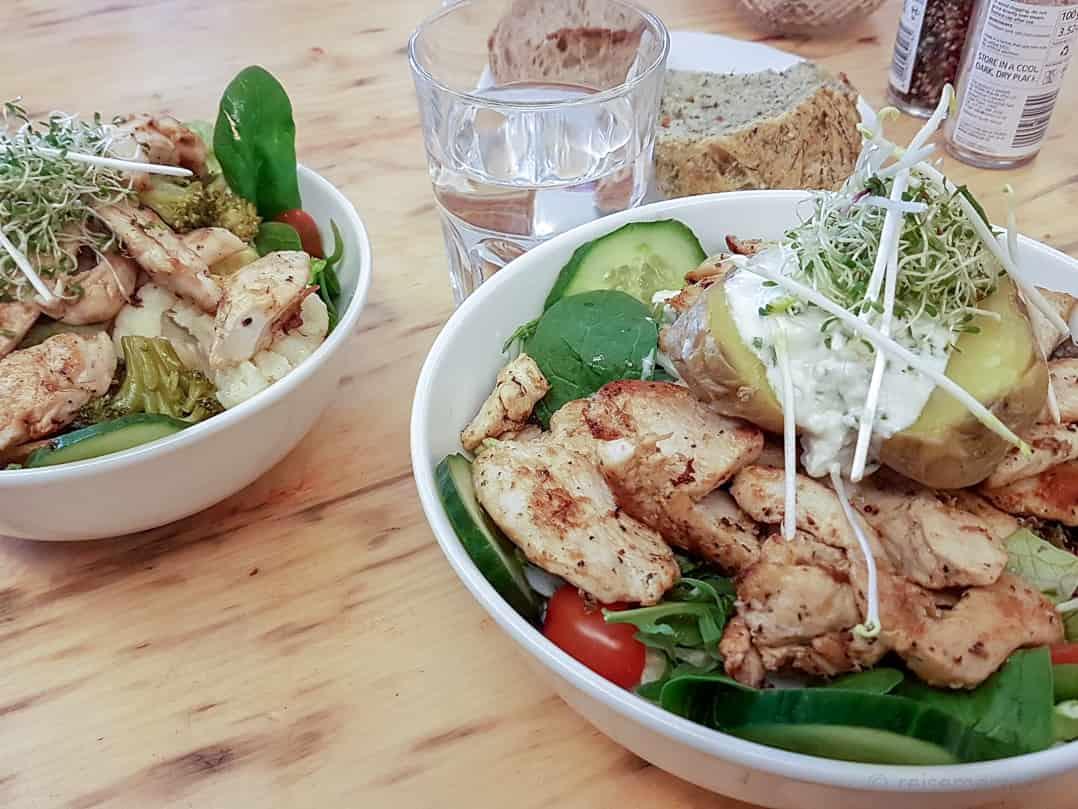 Kleiner und grosser Ceaser Salad mit Poulet und gegrilltem Gemüse im KaffeeKlatsch