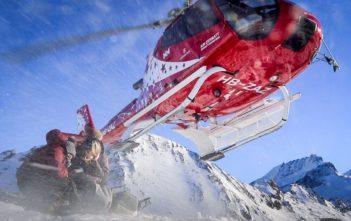 Abflug des Air-Zermatt Helikopters über den Köpfen von Katja Birrer und Nicole Hunziker