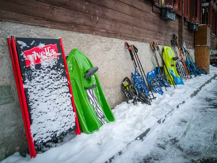 Schneeschuhe vor der Alp Altschwand
