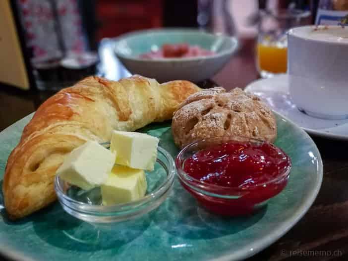 Kaffee und Gipfeli mit Birchermüesli im Kafi Paradiesli