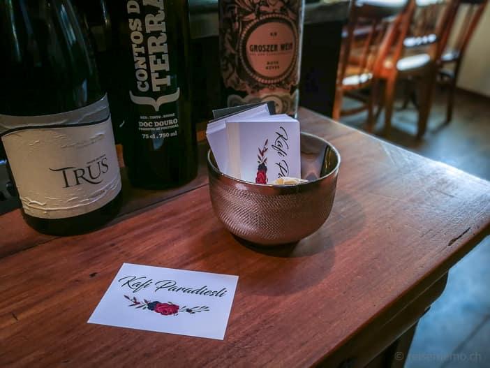 Weinselektion und Visitenkarte Kafi Paradiesli