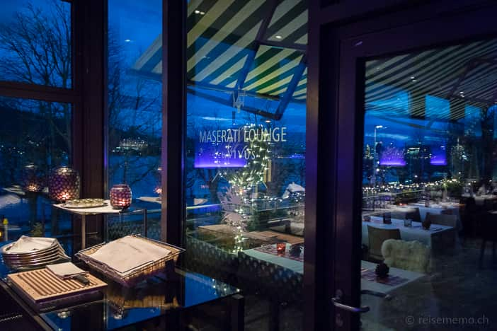 Terrasse der Maserati Lounge by VIVUS in der blauen Stunde