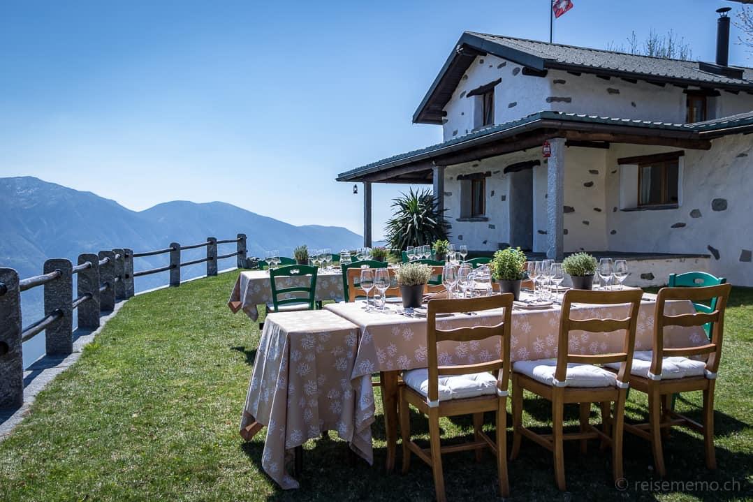 Tische auf der Terrasse vor dem Rustico Castello del Sole