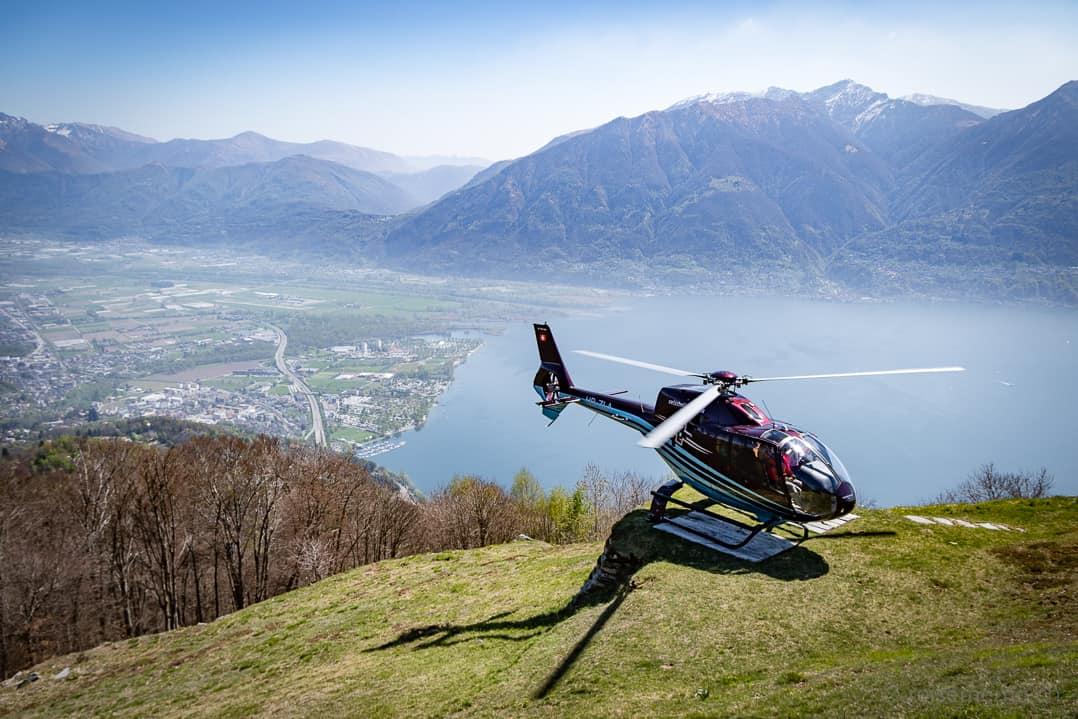 Helikopter vor dem Rustico Castello del Sole mit Lago Maggiore im Hintergrund