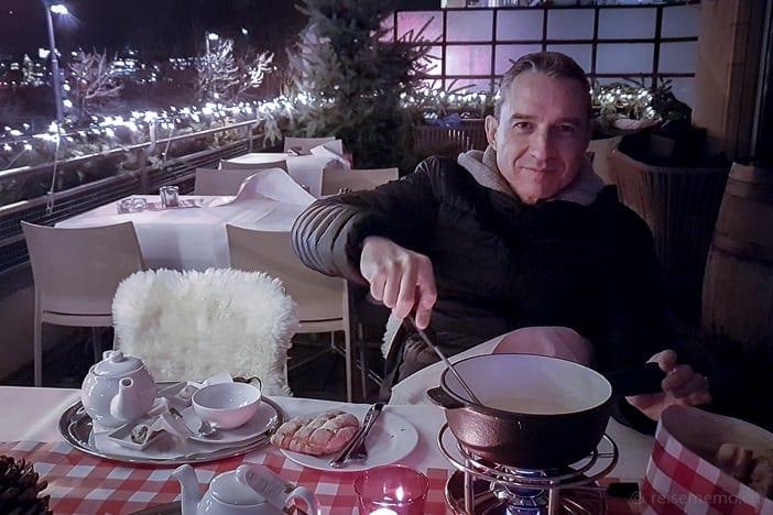 Walter Schärer geniesst ein Open-Air Fondue