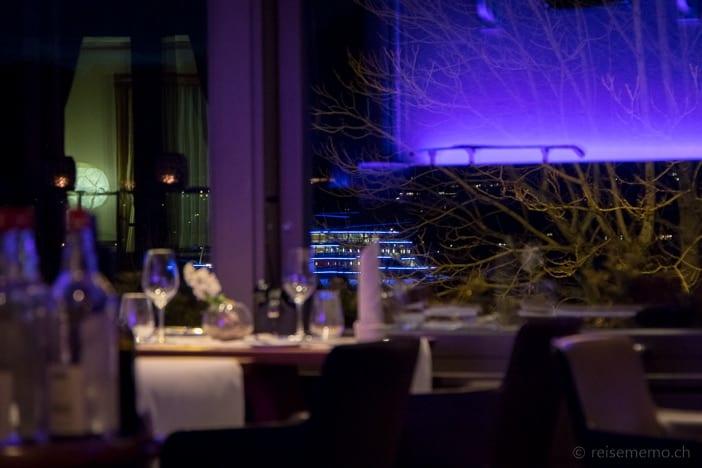 Zürichseeschiff nachts vom VIVUS Restaurant aus gesehen
