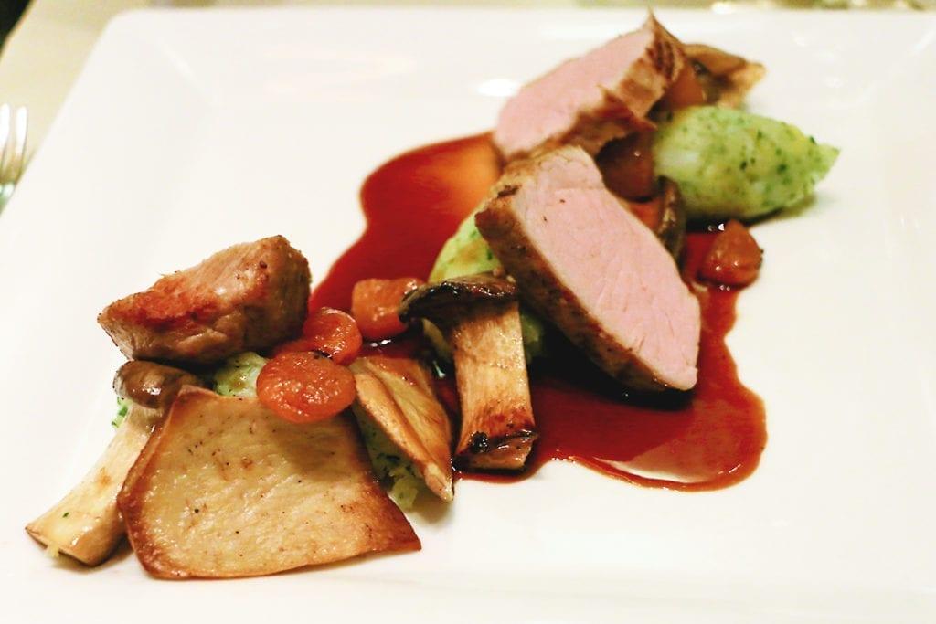 Restaurant VEN: Kalbsrücken mit sautierten Saitlingen Aprikose & Kräuter-Kartoffel-Stampf