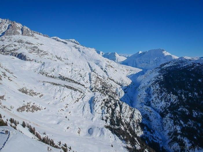 Grosser Aletschgletscher und Hängebrücke vom Aletschbord aus