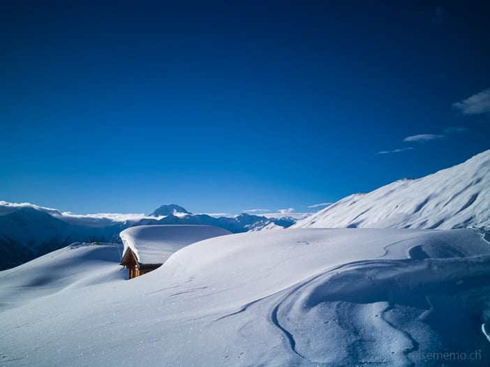 Eingeschneites Chalet auf der Walliser Belalp