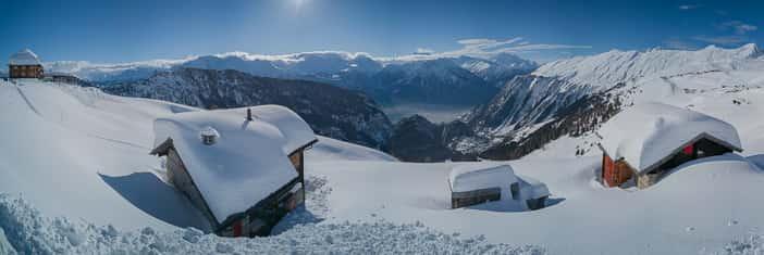 Links das Hotel Belalp und Chalets mit Sicht auf das Rhonetal