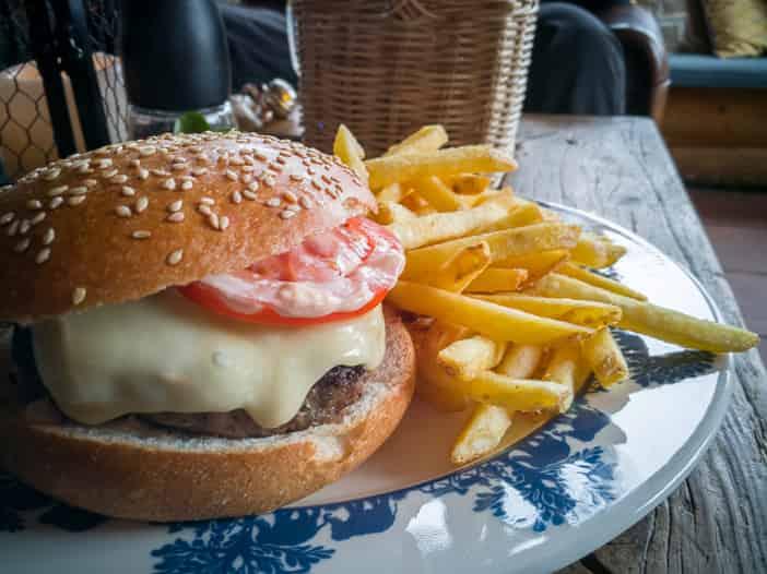 Hamburger mit Walliser Fleisch und Pommes-Frites