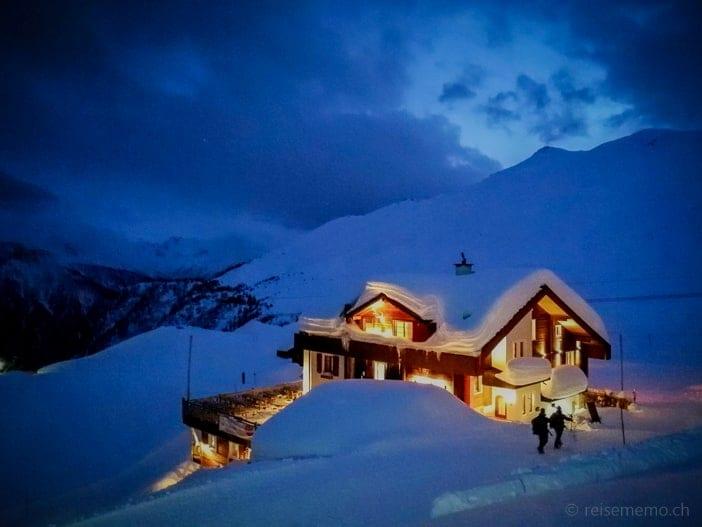 Hamilton Lodge auf der Belalp in der blauen Stunde
