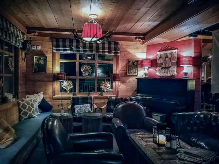 Lounge am Kamin nachts