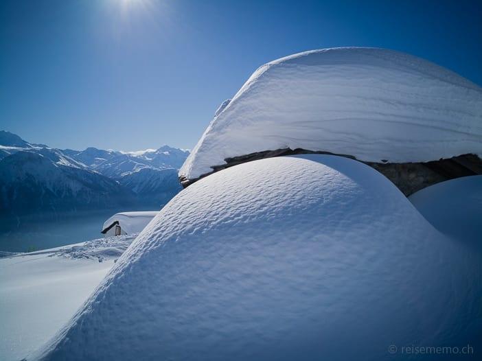 Meterweise Schnee auf den Chalets der Belalp