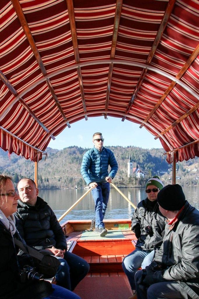 Überfahrt in einer Pletnas, dem traditionellen Fährboot zur Inselkirche Mariä Himmelfahrt