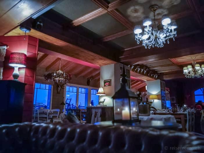 Sofa und Restaurant der Hamilton Lodge