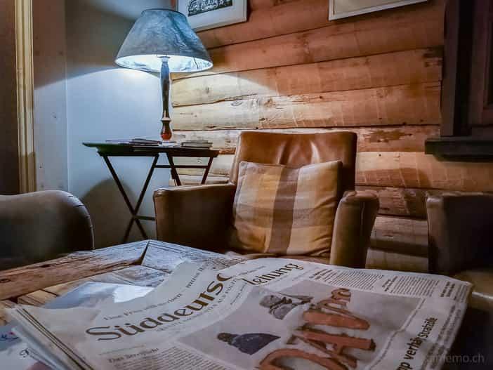 Süddeutsche Zeitung in der Lounge Sitzecke der Hamilton Lodge