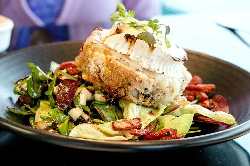 gebackener Camenbert auf Salat Restaurant RAS Antwerpen