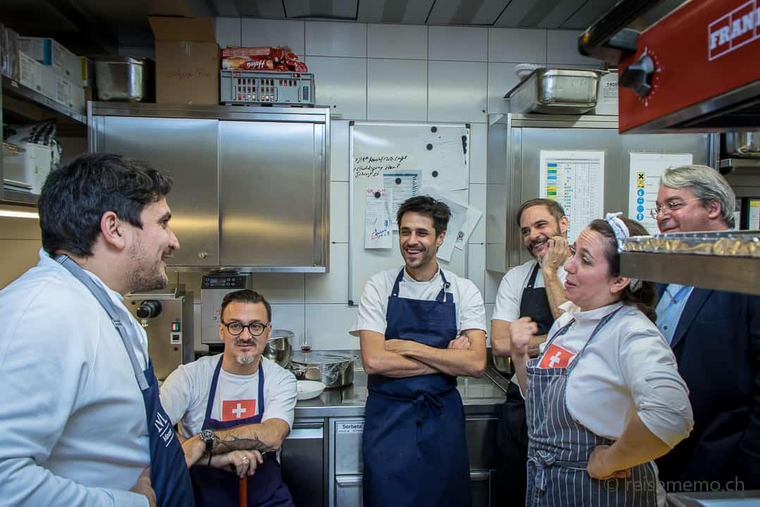 Die «Diez Manos» Mauro Colagreco, Fernando Trocca, Guido Tassi, Fernando Mayoral und Narda Lepes mit Gustofestival-Initiator Boris Walker im Rive Gauche in Zürich