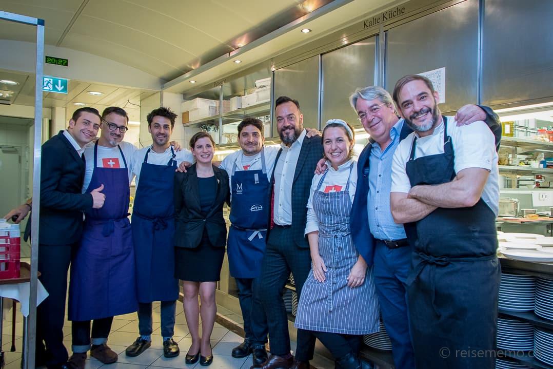 Restaurant-Manager Panagiotis Kissas mit den «10 Manos»: Rund um Mauro Colagreco posieren mit Sommelière Paz Levinson und Barman Tato Giovannoni