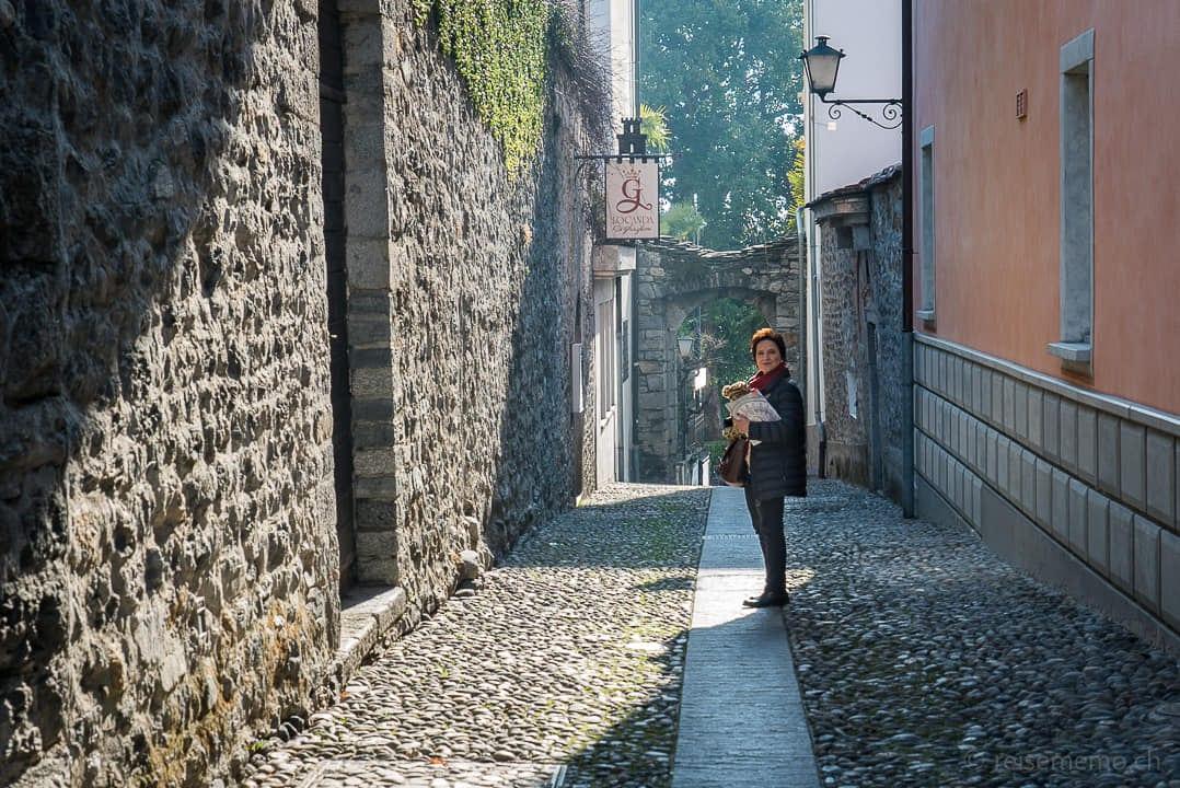 Katja Birrer in Ascona in der Vicolo Ghiriglioni beim Atelier Selvaggio