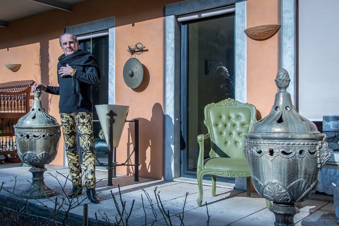 Carlo Rampazzi im Garten seines Ateliers