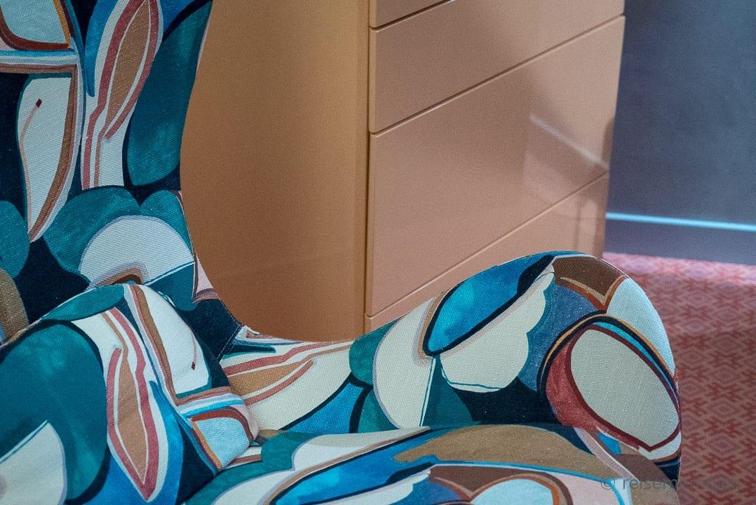 Farbenfrohes Designerfauteuil von Carlo Rampazzi im Hotel Eden Roc