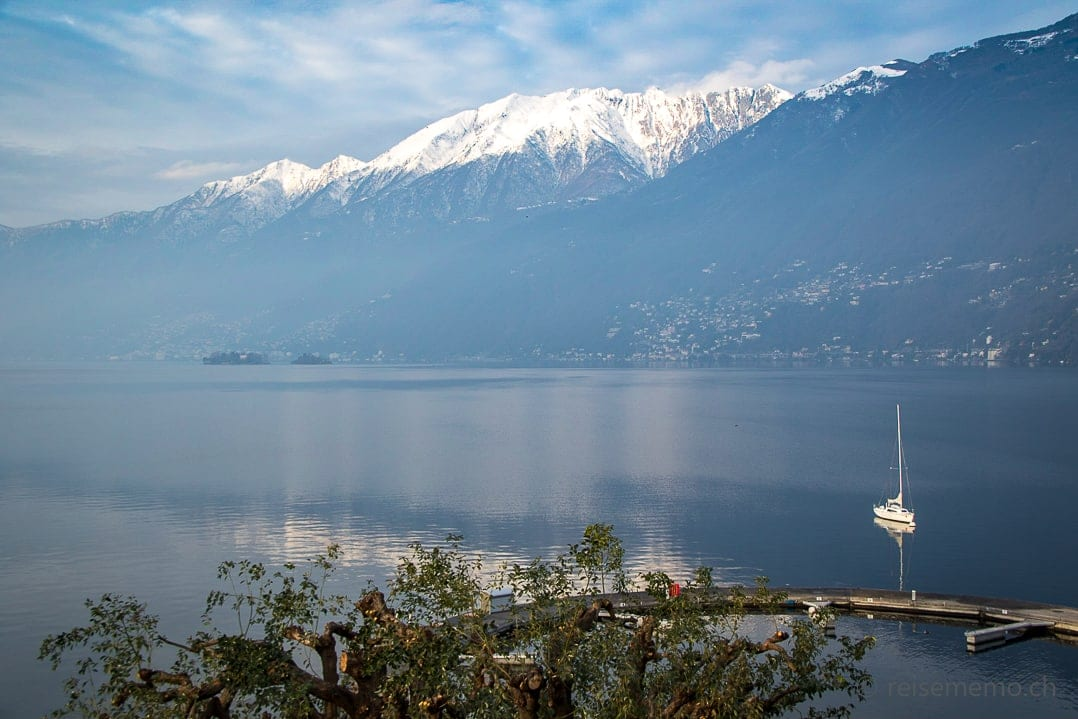 Aussicht bei Sonnenschein vom Hotelzimmer auf den Lago Maggiore