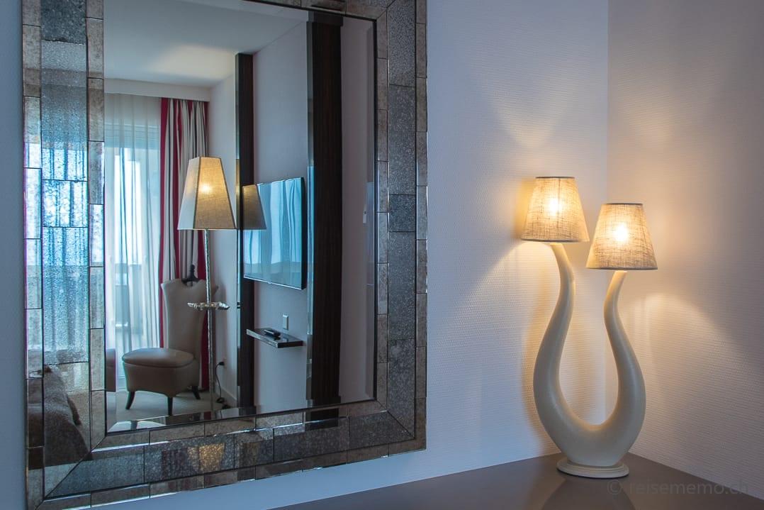 Hotelzimmer mit typischen Carlo Rampazzi Leuchten
