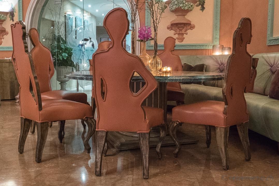"""""""Personenstühle"""" von Carlo Rampazzi im La Brazza Restaurant"""