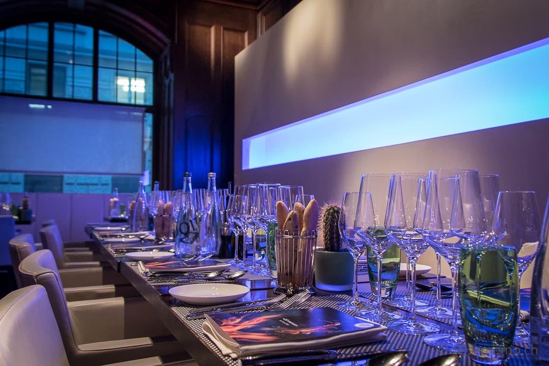 Rive Gauche Restaurant Tischgedeck mit Weingläsern