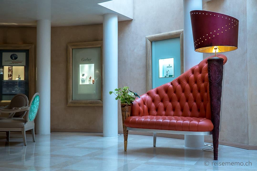 Extravagantes rotes Sofa von Carlo Rampazzi im Hotel Eden Roc