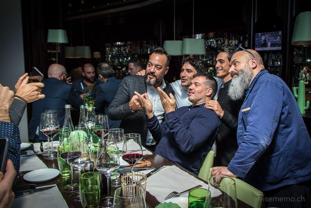 Tato Giovannoni und Mauro Colagreco posieren mit argentinischen Fans
