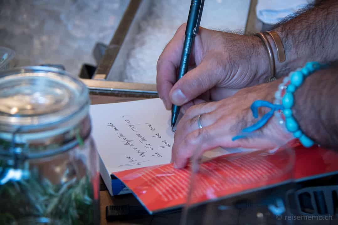 Tato Giovannoni signiert sein Buch im Rive Gauche