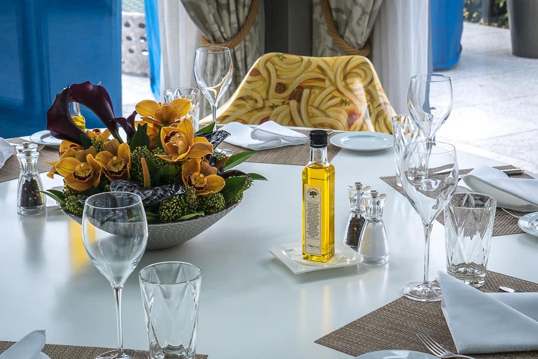 Tischgesteck und Spaghettistuhl im Marina Ascona