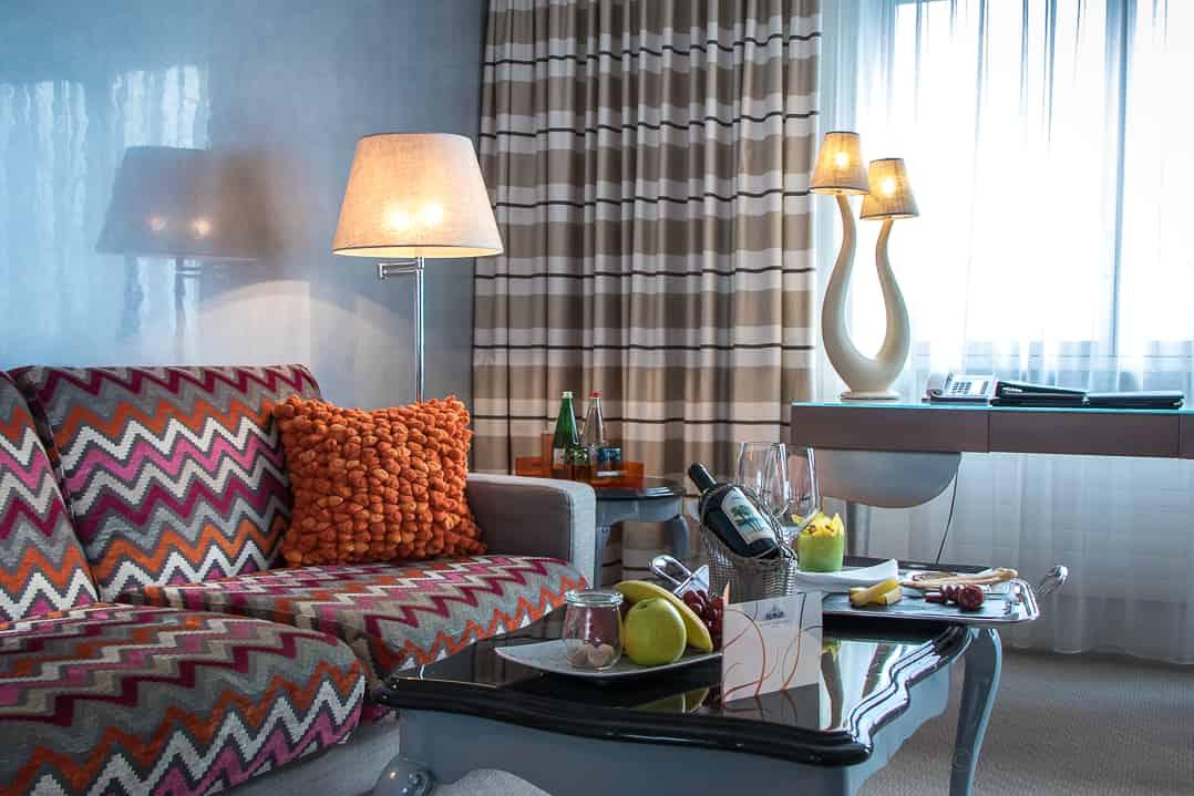 Farbiges Hotelzimmer mit Seesicht im Eden Roc Ascona