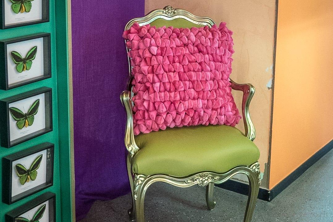 Grüner Stuhl mit pinkem Kissen im Atelier Selvaggio Carlo Rampazzi