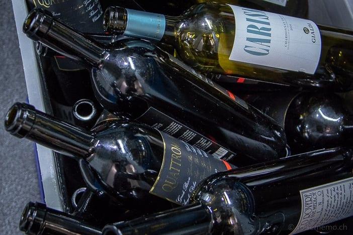 Leere Flaschen der Tessiner Weine Carisma und Quattromani.
