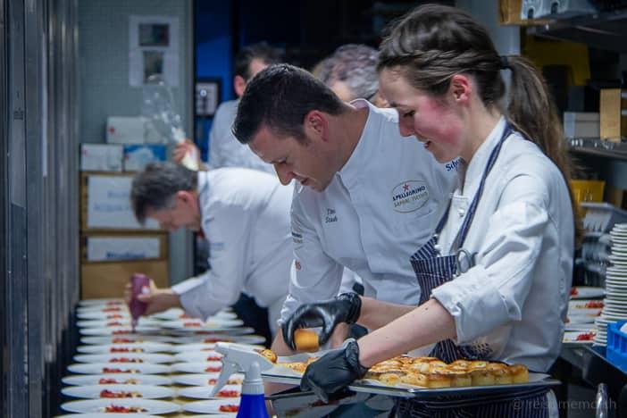 Widder Küchenchef Tino Staub und Patissière beim Dessert