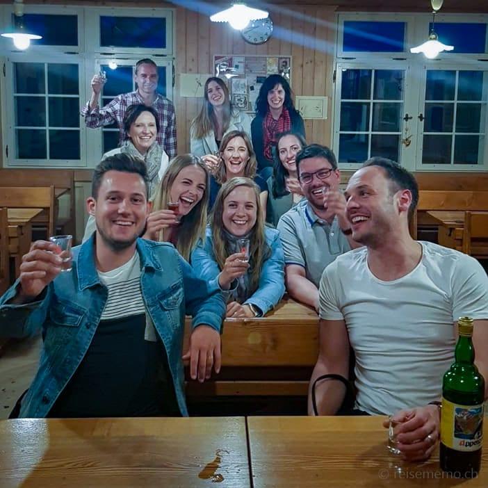 Schweizer Reiseblogger posieren im Erlebnisrestaurant Waldegg