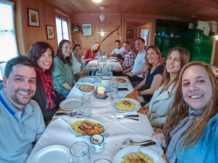 Schweizer Reiseblogger in Omis Stube im Erlebnisrestaurant Waldegg