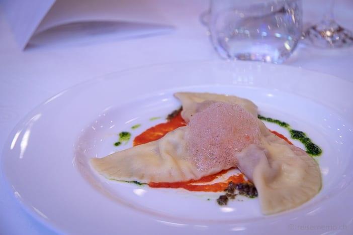 Zwischengang: Mediterrane Tortelli gefüllt mit Burrata. Kandierte Cherry Tomaten und Basilikum Pesto
