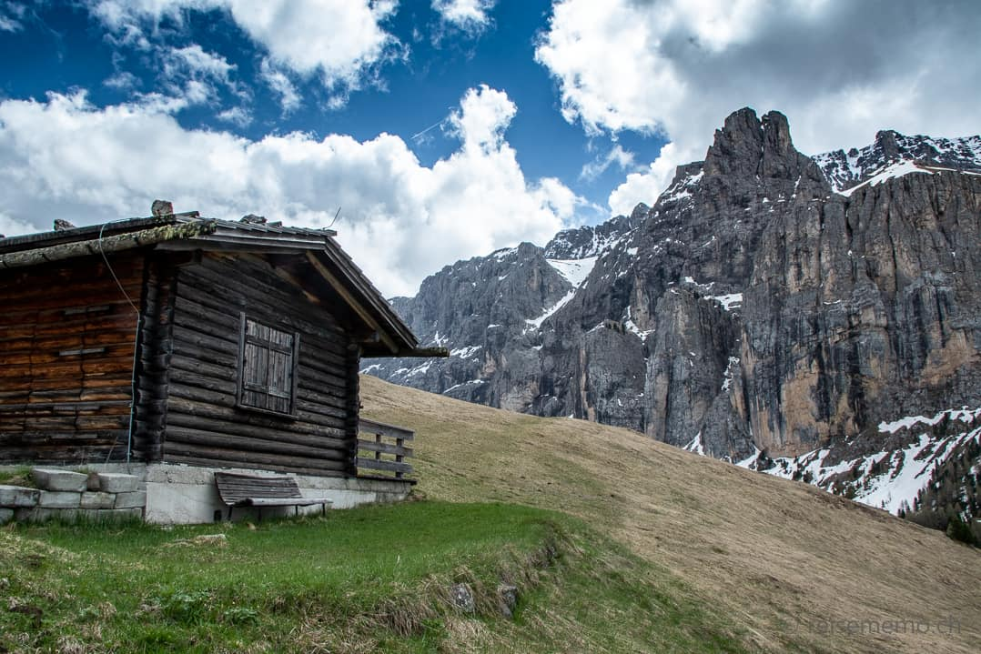 Hütte mit Blick auf Sellagruppe