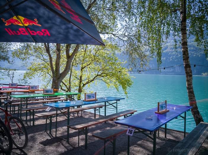 Festbänke des Lago Mio Strandrestaurants
